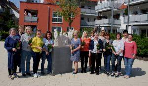 13 Teilnehmerinnen haben den Kurs mit 161 Unterrichtseinheiten absolviert. Rechts im Bild Kursleiterin: Andrea Orth.