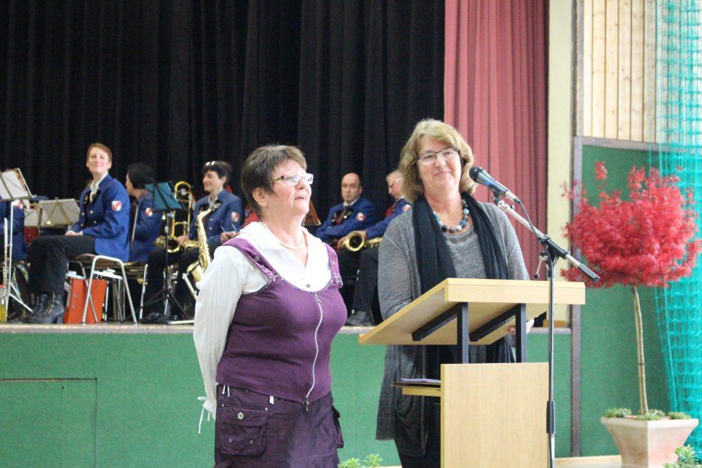 Ortsvorsteherin Schroeder-Kappus (r) und Sprecherin des Bewohnergremiums Barbara Weiss